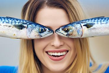vrouw met vis voor haar ogen