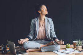 vrouw die yoga doet op kantoor
