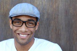 lachende man met ontspiegeld glas in bril