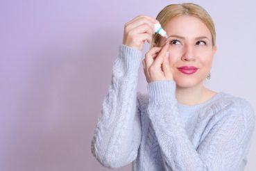 vrouwgebruiktoogdruppelsvoordrogeogenbijlenzen