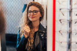 vrouw past bril uit de sale